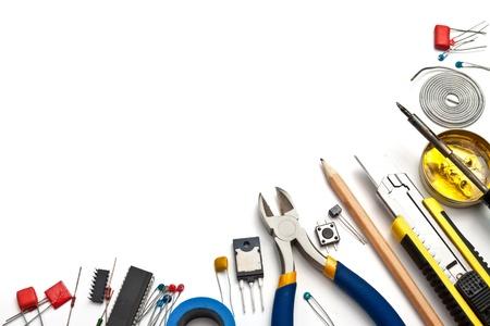 transistor: Conjunto de herramientas y componentes electrónicos en el fondo blanco