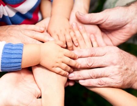 mani unite: Famiglia tenendoci per mano primo piano Archivio Fotografico