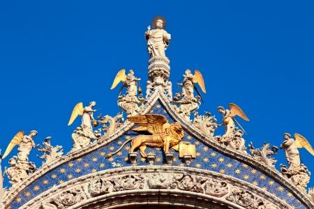 leon con alas: Sobre las azoteas de detalle de la Catedral Basílica Patriarcal de San Marcos en Venecia Foto de archivo
