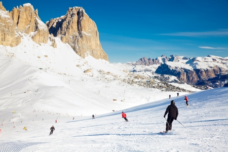 Skifahrer den Hang hinunter in Val di Fassa Ski-Resort in Italien Lizenzfreie Bilder