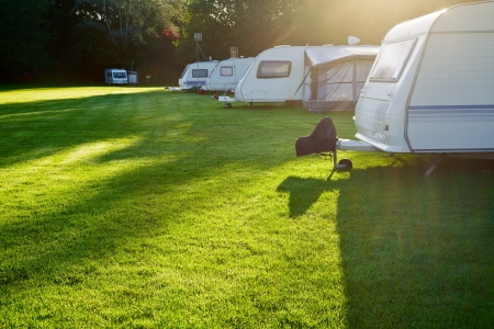 Campingplatz mit Wohnwagen in einem Morgenlicht