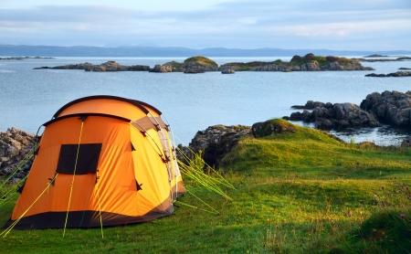 Camping Zelt auf einem Ozean Küste in einer Morgenlicht Lizenzfreie Bilder