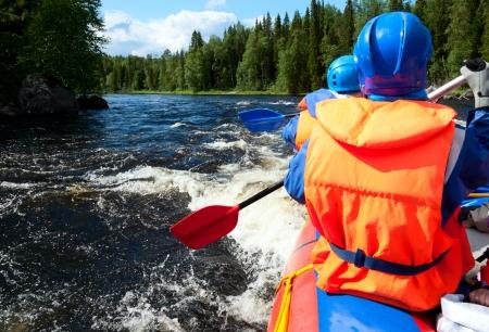 Rafters in einem Rafting-Boot auf Pistojoki Fluss in Karelien, Russland Lizenzfreie Bilder