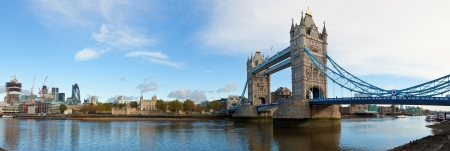 Panoramablick von der Tower Bridge in London Standard-Bild