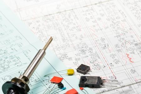 Lötkolben mit Elektronik-Komponenten zu einem System