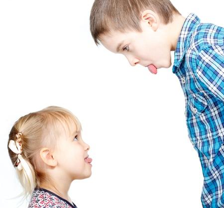 姉と弟は、互いに舌をスティックします。