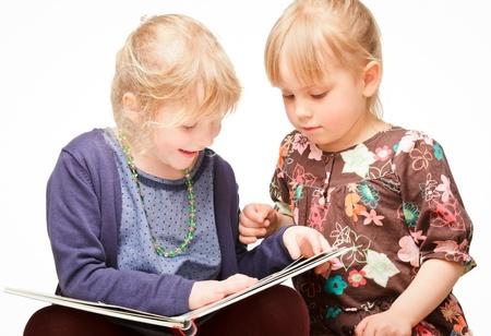 cute little girls: Dos ni�as lindas que leen un libro