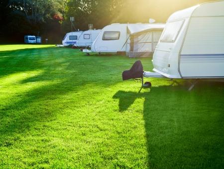 朝の光でトレーラーのキャンプ旅行します。 写真素材