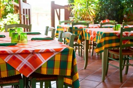 Iitalian trattoria interieur met houten tafels en stoelen