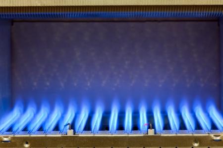 보일러의 내부에 가스 버너의 푸른 불꽃 스톡 콘텐츠