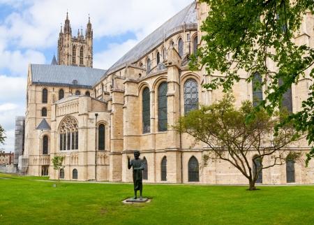 canterbury: La cath�drale de Canterbury avec Le Fils de l'Homme Statue � Canterbury, Kent, Angleterre Banque d'images