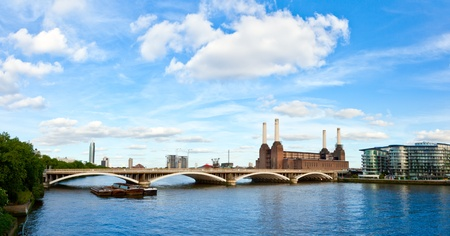 powerstation: Panoramic view of Grosvenor Bridge with abandonded Battersea power station in London