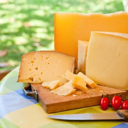 Pecorino Sardo plakjes kaas op een houten bord