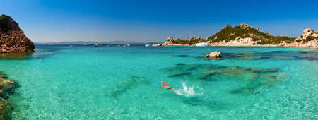 sardaigne: Vue panoramique de Cala Corsara anse � archipel de la Maddalena en Sardaigne Banque d'images