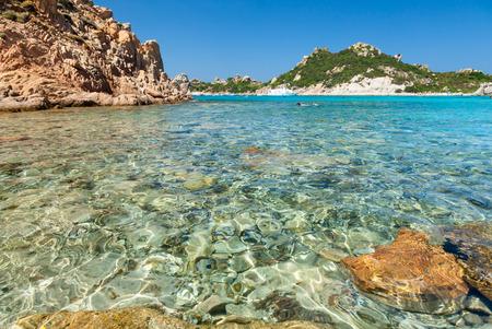 Heldere turquoise water van Cala Corsara baai bij Maddalena Archipel in Sardinië Stockfoto