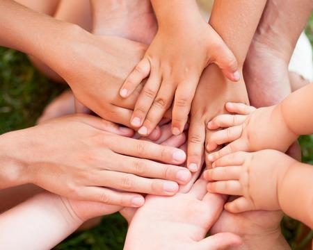 Familie hand in hand samen close-up