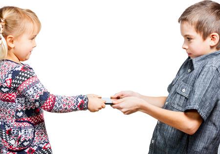 Jongen wil niet een touchpad met zusje delen Stockfoto