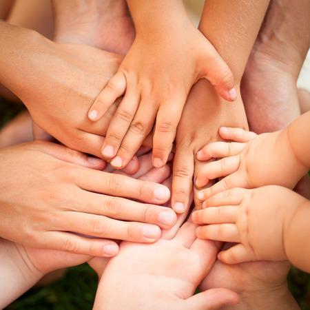 familias unidas: Familia de las manos juntas Primer plano