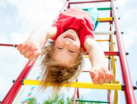 Kleines Mädchen mit Spaß auf der Monkey Bars Standard-Bild - 29358336