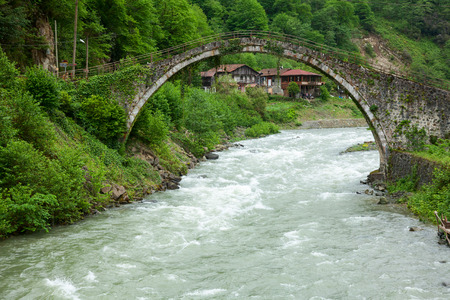 kackar: Senyuva Bridge is one of more than twenty well-preserved Ottoman-era arched bridges over the Firtina river near town of Camlıhemsin in Rize Province at the eastern end of Turkeys Black Sea coast. Dated 1696 Senyuva Bridge is the largest and the oldest b Stock Photo