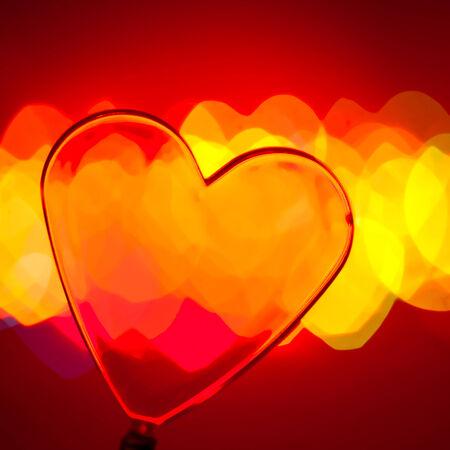 plastic heart: Red cuore in plastica trasparente con luci incerto in background, DOF molto superficiale Archivio Fotografico