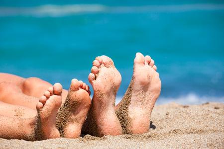 de la madre: Madre con la hija de relax y tomar el sol en una playa