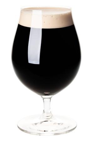 Vol bier tulp glas stout en portier op een witte achtergrond Stockfoto