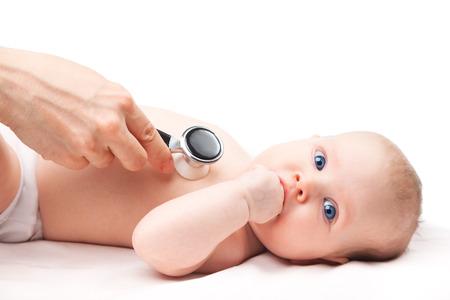Close-up Schuss von Kinderarzt untersucht 3 Monate baby girl. Arzt mit einem Stethoskop um Babys Brust Kontrolle Herzschlag zu hören. Kind Blick in die Kamera saugen Hand. Standard-Bild - 39763539