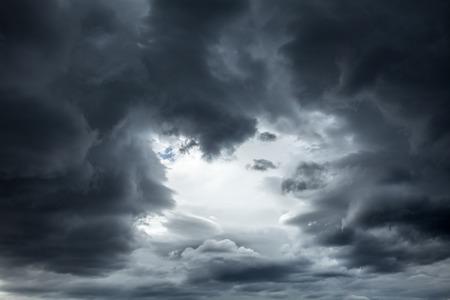Dramatische hemel met stormachtige wolken