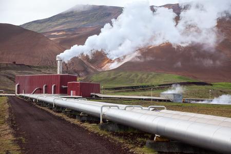 Buizen en stoom van geothermische energie in IJsland Stockfoto