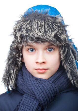 bata blanca: Kid de uniforme azul y sombrero de cazador de pieles de imitación y una bufanda en el fondo blanco
