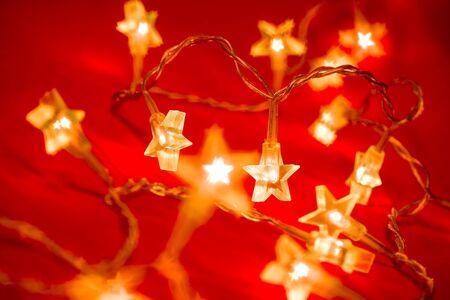 lucero: En forma de estrella luces de Navidad sobre fondo rojo