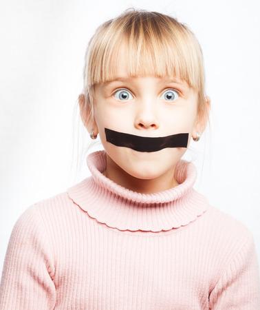 cintas: Retrato de la niña con cinta adhesiva en la boca - silenciada concepto de niño