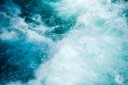 후 카의 하얀 물이 뉴질랜드 와이 카토 강에 떨어진다. 스톡 콘텐츠