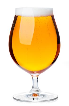Vaso de cerveza lleno de cerveza pálida cerveza pils aislado sobre fondo blanco.