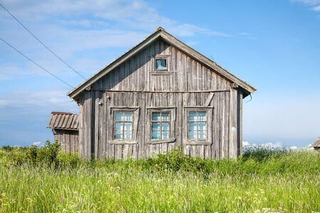 Oude verweerde houten huis buitenkant