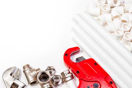 Sanitär-Tool-Rohre und Formstücke auf weißem Hintergrund Standard-Bild