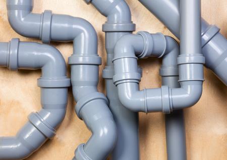Chaotische installatie van PVC rioolbuizen