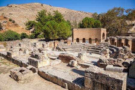Antico Odeon a Gortyn (Gortys, Gortyna), Creta, Grecia. Costruito dall'imperatore romano Trajan, Gortyn ospita pietre con il più antico e completo esempio noto di un codice antico greco Archivio Fotografico - 82555711