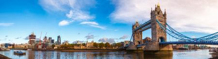 Panoramisch skyline van Londen met iconische symbool, de Tower Bridge en Royal Palace en fort van Hare Majesteit, bekend als de toren van Londen gezien vanaf de zuidelijke oever van de rivier de Theems in de ochtend licht