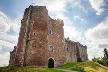 中世のドゥーン城、英国中部スコットランドのスターリング地区、英国のコメディモンティパイソンと聖杯の撮影場所として有名 写真素材 - 100560861
