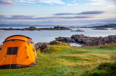 Camping tent on scenic west coast of the Highlands of Scotland, UK Stock fotó