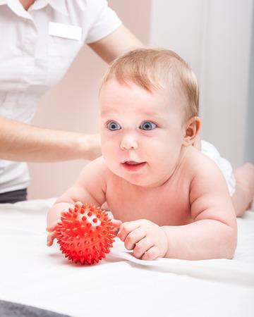 Sieben Monate Baby Rücken wird von osteopathischen oder chiropraktischen manuellen Therapeuten in der Arztpraxis manipuliert Standard-Bild - 107808523
