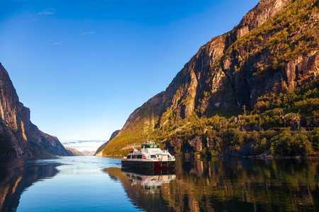 Ferry crossing calm Lysefjord (Lysefjorden) arriving to Lysebotn village at the end of the fjord in Forsand municipality of Rogaland county, Norway, Scandinavia Standard-Bild - 118217101