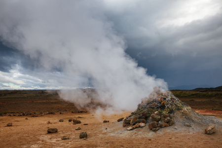 Hot steaming mud volcano or mud dome at Námafjall Hverir geothermal area in Mývatn region, Northeastern Iceland, Scandinavia Standard-Bild - 118201723