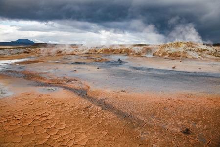 Cracked dry mud and steaming soil at Námafjall Hverir geothermal area in Mývatn region, Northeastern Iceland, Scandinavia Standard-Bild - 118201725