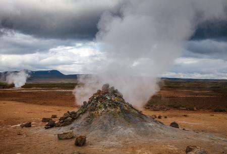 Hot steaming mud volcano or mud dome at Námafjall Hverir geothermal area in Mývatn region, Northeastern Iceland, Scandinavia Standard-Bild - 118201726