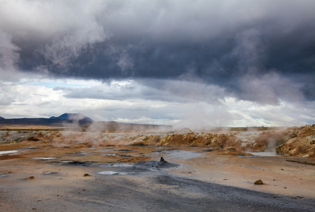 Hot steaming mud at Námafjall Hverir geothermal area in Mývatn region, Northeastern Iceland, Scandinavia Standard-Bild - 118201774
