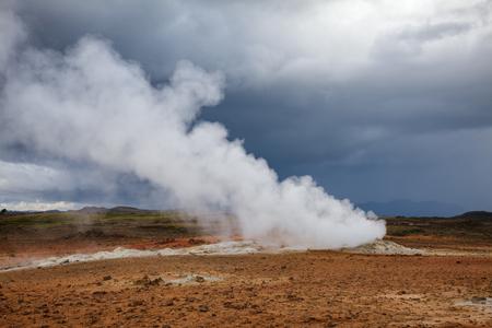 Hot steaming geothermal vent or fumarole at Námafjall Hverir geothermal area in Mývatn region, Northeastern Iceland, Scandinavia Standard-Bild - 118201903