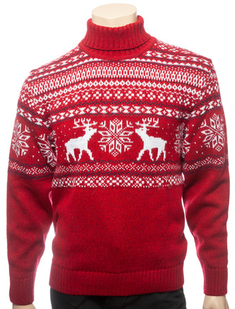 Red knitted Christmas turtleneck sweater of traditional design with moose or elk ornament on a mannequin isolated on a white background Standard-Bild - 118201991